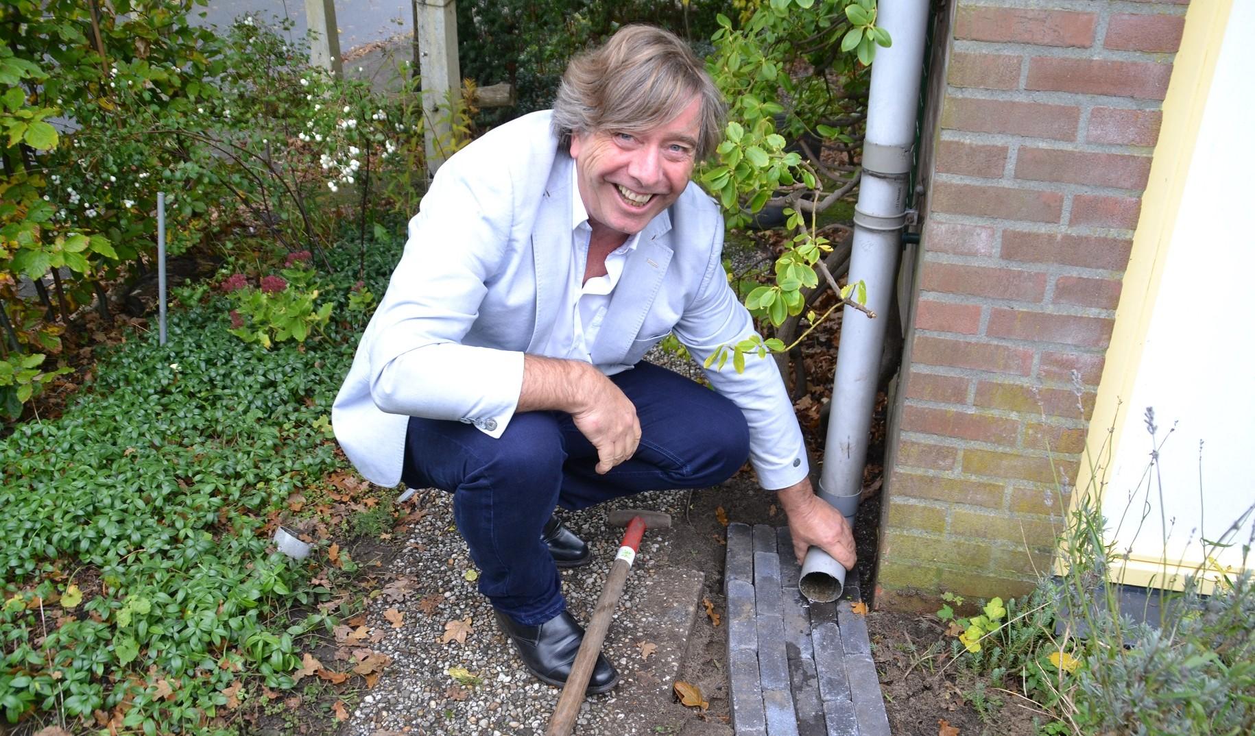Wethouder van schoonhoven helpt bij aanleg regenwatertuin de castricummer uitgeester courant - Aanleg van groenvoorzieningen idee ...